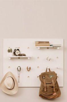 Bist du die langweiligen Regale in deinem Schlafzimmer leid und möchtest ein ausgefallenes Holzregal selber bauen? Eine vielseitige DIY-Stecktafel könnte die Antwort auf all deine Sorgen sein!