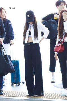 Your source of news on YG's biggest girl group, BLACKPINK! Cute Comfy Outfits, Cute Summer Outfits, Casual Outfits, Blackpink Fashion, Asian Fashion, Fashion Outfits, Gucci Outfits, Airport Fashion Kpop, Jennie Blackpink