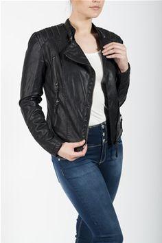 Sort jakke i lærimitasjon med glidelåsdetaljer på skuldrene. Sidestilt glidelås og praktiske lommer. 70% Bomull, 30% Polyuretan. Leather Jacket, Product Description, Fashion, Studded Leather Jacket, Leather Jackets, Moda, La Mode, Fasion, Fashion Models