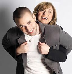 """2,6 milhões curtidas, 20,5 mil comentários - Chris Evans (@chrisevans) no Instagram: """"Happy Mother's Day to all the mothers out there! (But especially mine 💙)"""" Happy Mother S Day, Happy Mothers, Chris Evans Captain America, Hollywood Celebrities, Avengers, Actors, Sexy, Robert Evans, Beauty"""