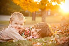 family pose Fall Family Portraits, Fall Family Pictures, Family Posing, Kid Pictures, Cute Photography, Autumn Photography, Children Photography, Family Photography, Cool Baby