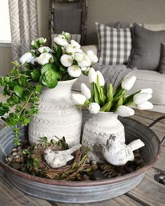 Spring table decor - 01 Farmhouse Spring Decor Ideas for Your Home Inspiration – Spring table decor Decoration Shabby, Decoration Table, Spring Decorations, Table Centerpieces For Home, Galvanized Tray Centerpieces, Coffee Table Decorations, Kitchen Island Centerpiece, Dining Room Centerpiece, Easter Table Decorations