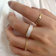 Ideas para saber cómo usar muchos anillos en una sola mano Hand Jewelry, Cute Jewelry, Jewelry Rings, Jewelry Accessories, Fashion Accessories, Fashion Jewelry, Jewelry Design, Jewlery, Fashion Ring