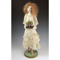 Мастер кукольник Синди Мойер (Cindee Moyer) родилась в США, штат Айова, более полувека назад. Дизайнер, художник и скульптор, Синди создаёт свой кукольный мир из текстиля и паперклея. Образ её изящных кукол навеян, по словам самой Синди, утонченными фигурками бумажных кукол, которые её мама рисовала для неё в далёком детстве. Каждая из работ мастера пронизана глубоким чувством и эмоциями, это — застывашие мечты, мысли, переживания...
