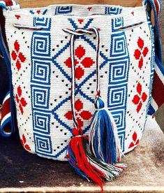 Mochila wayuu diseño geometrico y floral en tonos azul, rojo y blanco. #wayuu #wayuubags #ethnicalfashion #colombia #maicao #bogota #cali… Crochet Wallet, Mochila Crochet, Tapestry Crochet Patterns, Tapestry Bag, Form Crochet, Boho Bags, Knitted Bags, Crochet Accessories, Handmade Bags