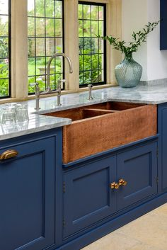Take a look at this vital illustration and visit today knowledge on Small Kitchen Renovation Copper Farmhouse Sinks, Copper Kitchen, Copper Apron Sink, Kitchen Sink, Home Renovation, Home Remodeling, Navy Blue Kitchen Cabinets, Open Plan Kitchen Dining Living, Küchen Design