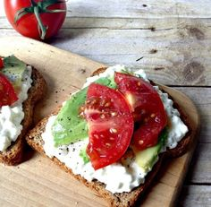 Eat Healthy Looking for a great snack? You can't beat my Cottage Cheese on Toast with Avocados and Tomatoes. Healthy and quick! - Looking for a great snack? You can't beat my Cottage Cheese on Toast with Avocados and Tomatoes. Healthy and quick! Healthy Snacks, Healthy Eating, Healthy Recipes, Daisy Cottage Cheese, Cottage Cheese Snacks, Healthy Cottage Cheese Recipes, Vegan Cottage Cheese, Good Food, Yummy Food