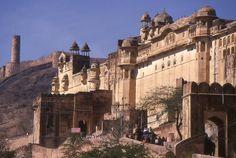 Fort d'Amber . Amber est une ville abandonnée de l'Inde, l'ancienne capitale de l'État de Dhundhar, renommée en 1727 Jaipur lors du déplacement de sa capitale, dans le Rajputana. Le nom d'Amber est mentionné pour la première fois par Ptolémée. Fondée par la tribu des Minas, elle est prise, en 1037, par les Rajputs Kachhwâhâ, qui en font leur capitale jusqu'à ce qu'ils l'abandonnent au profit de Jaipur.1989.