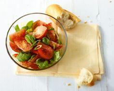 Tomaten-Basilikum-Salat: Frühlingszwiebeln peppen den Tomatensalat würzig auf.