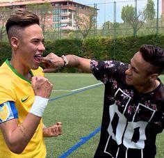 neymar checks out a sculpture made of himself! Neymar Jr, Team Player, Football Players, Real Madrid, Neymar Barcelona, Football Fever, Lionel Messi, Psg, The Magicians