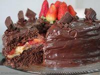 Bolo Suflair Sensação, um bolo fofo e gostoso, com recheio maravilhoso de morango e pedaços de chocolate,  que vai.. http://cakepot.com.br/bolo-suflair-sensacao/