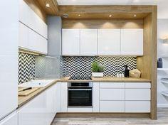 Białe szafki i drewniane blaty w aranżacji kuchni (50026)