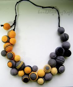 Great color combination on this felt necklace. From hendMejdBajKejt blog.