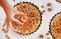 Linecký koláč s tvarohovo-ricottovým krémem, pečenými jablky a ořechy Caramel Apples, Ricotta, Food, Essen, Meals, Yemek, Eten