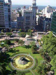"""Av 18 de Julio y Río Negro, Plaza Eduardo Fabini (Solís de Mataojo, Lavalleja, 18 de mayo de 1882 - 17 de mayo de 1950, compositor y músico uruguayo). En dicha Plaza se encuentra la escultura """"El Entrevero"""" de José Belloni (1892-1965), escultor uruguayo. Montevideo - Uruguay"""