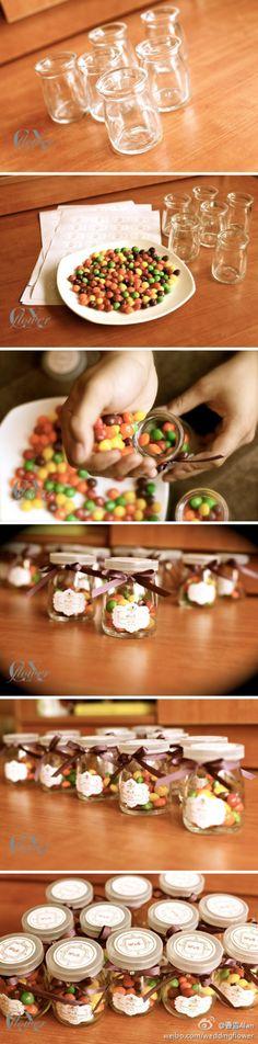 """小疯5月婚礼筹备篇之纯手工DIY喜糖:材料:彩虹糖,小瓶子,缎带,平底钻,胶水,定制贴纸。很多时候婚礼的所要的是一个心意所带来的""""感觉"""",还记得那时候的彩虹糖吗?上面印着大字母"""