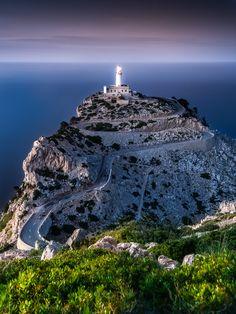 Hoch oben im Norden Mallorcas zeigt sich ein ganz anderes Bild der Insel. Steile Felshänge säumen die Küste, und oft treiben starke Westwinde das Mee...