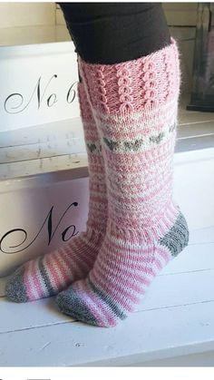 Mönster Knitting Charts, Knitting Socks, Baby Knitting, Knitted Hats, Knitting Patterns, Woolen Socks, Fabric Yarn, Cute Socks, Crochet Fashion