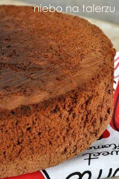 Prosty i bardzo smaczny. Puszysty i lekki, dobrze się kroi. Jego zrobienie trwa mniej więcej tyle co nagrzanie piekarnika. Przełożony dowolnym kremem będzie pięknym tortem. Urośnie bez proszku, z małą górką. Układam go zaraz po lekkim przestudzeniu do góry nogami, wtedy tort ma równy wierzch. Najprościej ubić śmietanę z serkiem mascarpone, dodać pokrojone owoce albo …