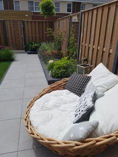 25 Inspiring Small Garden Decorations To Freshen Up Your Front Porch in Spring Back Gardens, Small Gardens, Narrow Garden, Pinterest Garden, Patio Design, Backyard Landscaping, Garden Inspiration, Outdoor Decor, Exterior