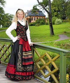 Et eventyr i farger og stoffer - Hjemmet Frozen Musical, Costumes Around The World, Going Out Of Business, Folk Costume, Norway, Vikings, Scandinavian, Diva, Traditional