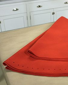 How to make your own felt tree skirt... I'm going to make one in white!