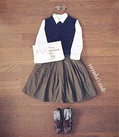 ニットベストコーデ♪ ニットベストはネイビーなんだけど 黒に見えちゃってるから撮り直そうか、載せるのやめようか悩んだけど 載せてみますd(ゝ∀・*) スカートはカーキ‼︎ bagはいつものトートで変わりばえ しないからクラッチ風におきました! 靴はいつものローファー‼︎笑 いつも見てくれてありがとうございます(。•ㅅ•。)♡見る専門の方もありがとうございます(。•ㅅ•。)♡ ニットベスト/レトロガール 1900円 スカート/レトロガール 2900円 スカートはリバーシブルになってます!