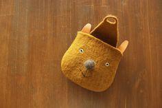 felt character bag in mustard Sewing Art, Sewing Crafts, Sewing Projects, Felt Diy, Felt Crafts, Wet Felting, Needle Felting, Animal Bag, Craft Bags