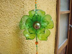Mobiles e colares de flores feitas de garrafa PET montadas com miçangas, espelhos entre outros materiais de artesanatos. R$30,00