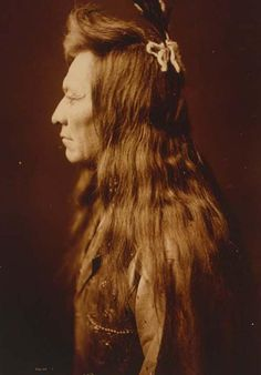 Black Eagle. 1905 by Edward S. Curtis.    Nez Perce man Contact curator@old-picture.com.