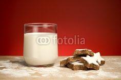 Milch mit Plätzchen, roter Hintergrund