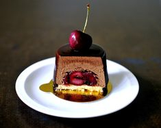 Baking with Marianne: König Ludwig Törtchen ~ Chocolate Cherry Mousse Cakes Cake Decorating Designs, Cake Decorating Videos, Gourmet Desserts, Delicious Desserts, Dessert Recipes, Mousse Dessert, Mousse Cake, Chocolate Mousse Recipe, Chocolate Cherry