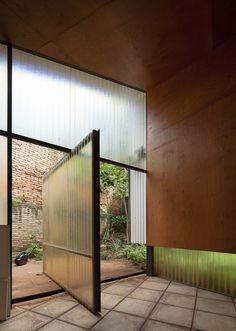 Álvarez-Nuovo Atelier in Paraguay by Nicolás Berger & Giacomo Favilli. Architecture Design, Contemporary Architecture, Casa Patio, Timber Walls, Pivot Doors, Sliding Glass Door, Concrete Floors, Beautiful Space, Windows And Doors