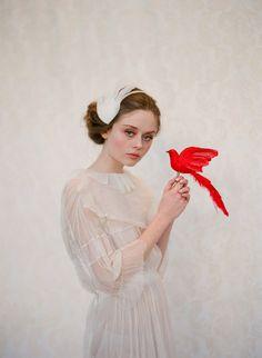Nos encantó el contraste de la novia y el pájaro :)  #fotografiadebodas #tocadonovia