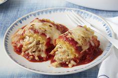 Réinventez la lasagne en enroulant la garniture dans des pâtes cuites, en garnissant les rouleaux de mozzarella râpé, puis en faisant cuire le tout dans une savoureuse sauce pour pâtes aux tomates et au basilic.