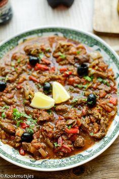 Ik ben dol op deze tijd van het jaar, want laat me je vertellen dat stoofpotjes dan één van mijn favoriete eten is om te maken én eten. Het is niet moeilijk te maken, het wordt allemaal bereid in één… Healthy Slow Cooker, Healthy Crockpot Recipes, Beef Recipes, Cooking Recipes, Middle East Food, Middle Eastern Recipes, Tajin Recipes, Moroccan Stew, Morrocan Food