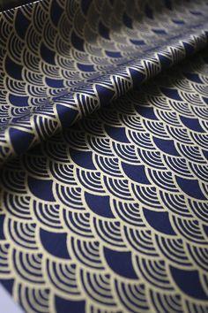 Magnifique tissu japonais bleu nuit motif vague Seigaiha doré 143x50cm