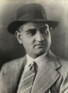 With his stunning portrayal of Devdas, Saigal brought the author Saratchandra's desperate character to life. His brooding looks, that drooping lock of hair and his mournful singing Dukh ke ab din… Vintage Vignettes, Indian Music, Bollywood Stars, Indian Bollywood, Celebrity Stars, Vintage Bollywood, Cinema Actress, Famous Faces, Classical Music