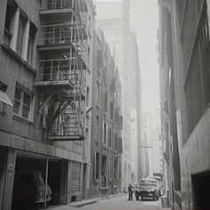 York Lane in Sydney in 1967.York Lane is parallel of Clarence and Yorks Streets,between Barrack and Margaret Streets,Wynyard. •City of Sydney Archives•   🌹