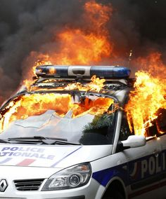 """Le Premier ministre Manuel Valls a souhaité jeudi matin des """"sanctions implacables"""" contre les casseurs qui ont brûlé une voiture de police mercredi."""