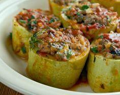 Кабак долмасы, или турецкие фаршированные кабачки – это вкуснейшая летняя закуска. Она очень сытная и аппетитная. Знакомые фаршированные кабачки с немного незнакомым вкусом. Чуть другой состав начи…