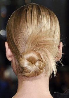 Le chignon plumeau sur cheveux mi-longs de Marchesa