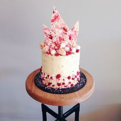 INSPIRING CAKE DESIGN white chocolate shards berry cake - katherine sabbath on coco cake land