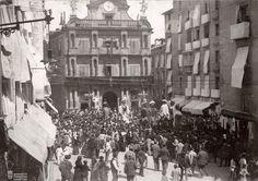 1900 Los Gigantes en la Plaza Consistorial Imagen del Archivo Municipal de Pamplona. Colección Arazuri (Altadill) pamplona iruñea fotografía sanfermines