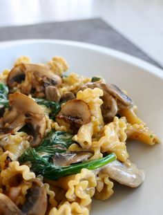 Pasta with mushrooms and spinach (vegan) - Recipes .- Pâtes aux champignons et aux épinards (vegan) – Les recettes de Julie Gri Pasta with mushrooms and spinach (vegan) – Julie Gri& recipes - Healthy Dinner Recipes, Healthy Snacks, Vegetarian Recipes, Eating Healthy, Bug Snacks, Summer Recipes, Dessert Recipes, Plats Healthy, Plat Vegan