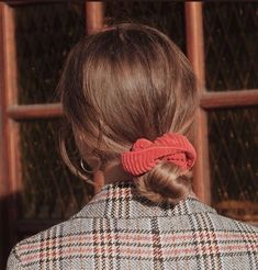 20 Ways to wear scrunchies – How To Wear a Scrunchie, scrunchie bun, scrunchies, tartan scrunchie ,how to use a. Models Men, Aesthetic Hair, Makeup Aesthetic, Shoulder Length Hair, Scrunchies, Ponytail Scrunchie, Looks Cool, Hair Day, Pretty Hairstyles