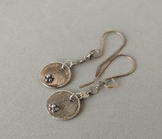 Boucles d'oreilles en argent sterling, argent Dangle urbain argent Chic, rustique, fabriqués à la main, fleurs argent, boucles d'oreilles, bijoux artisanaux, disques argent