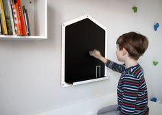 """Kreslící tabule """"Domeček"""" Ekologická kreslící tabule se skutečnou tabulovou černí pro kreslení křídami ve tvaru domku. Doplněna poličkou na křídy. Polička má ještě zarážku, aby křídy nepadaly (není na fotu). Tabule je vyrobena z ekologického materiálu - voštinové bílé desky vysoké pevnosti z recyklovaného papíru X-BOARD. Pevná jako dřevo! Lehká jako pírko. Lze ..."""