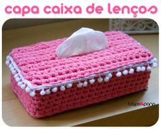 """Capa """"rosa bombom"""", feita em crochet com trapilho."""