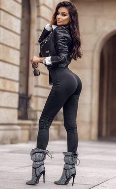 Pantalon Vinyl, Mode Des Leggings, Girl Fashion, Womens Fashion, Girls Jeans, Sexy Legs, Sexy Outfits, Gorgeous Women, Sexy Women